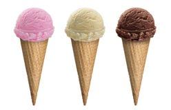 El chocolate, la vainilla y la fresa, rematan la cucharada del helado de 3 sabores en cono de la galleta con la trayectoria de re Foto de archivo libre de regalías