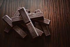 El chocolate se pega en un fondo marrón de un árbol Imagen de archivo