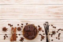 El chocolate, vainilla se pega, el canela, granos de café en el fondo de madera blanco con el espacio de la copia para su texto V foto de archivo libre de regalías
