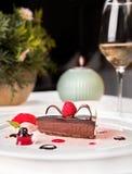El chocolate y la paleta de las frambuesas, sirvieron en una placa blanca fotos de archivo libres de regalías