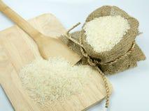 El choping del saco del arroz amplio en el aislante blanco del fondo Foto de archivo