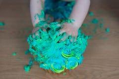 El choque de la torta, ` s del niño da asir en la torta Fotos de archivo libres de regalías