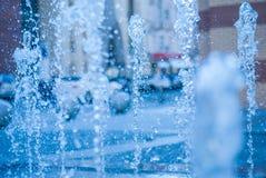 El chorro del agua de una fuente Chapoteo del agua en la fuente, imagen abstracta Foto de archivo
