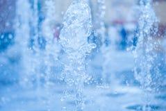 El chorro del agua de una fuente Chapoteo del agua en la fuente, imagen abstracta Imágenes de archivo libres de regalías