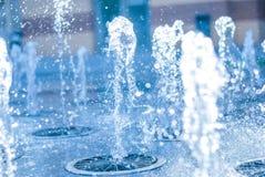 El chorro del agua de una fuente Chapoteo del agua en la fuente, imagen abstracta Foto de archivo libre de regalías