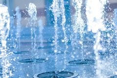 El chorro del agua de una fuente Chapoteo del agua en la fuente, imagen abstracta Fotos de archivo