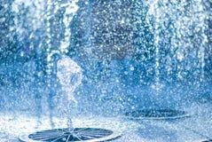 El chorro del agua de una fuente Chapoteo del agua en la fuente, imagen abstracta Imagen de archivo