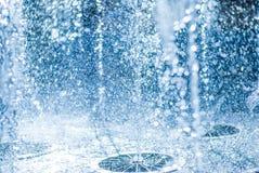 El chorro del agua de una fuente Chapoteo del agua en la fuente, imagen abstracta Fotografía de archivo libre de regalías