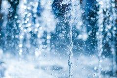 El chorro del agua de una fuente Chapoteo del agua en la fuente, imagen abstracta Imagenes de archivo