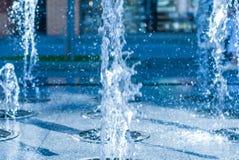 El chorro del agua de una fuente Chapoteo del agua en la fuente, imagen abstracta Imagen de archivo libre de regalías