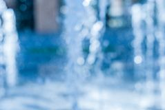 El chorro del agua de una fuente Chapoteo del agua en la fuente, imagen abstracta Fotos de archivo libres de regalías