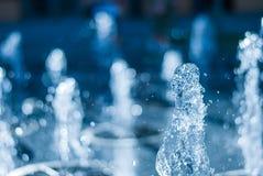 El chorro del agua de una fuente Chapoteo del agua en la fuente, imagen abstracta Fotografía de archivo