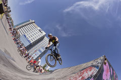 El ciclista de BMX realiza un salto del truco Fotos de archivo