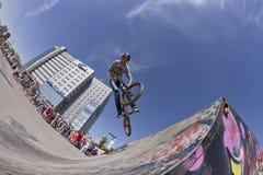El ciclista de BMX realiza un salto del truco Imagen de archivo libre de regalías