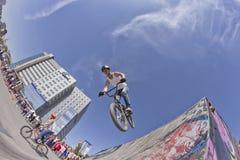 El ciclista de BMX realiza un salto del truco Imagen de archivo