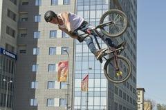 El ciclista de BMX realiza un salto del truco Imágenes de archivo libres de regalías