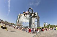 El ciclista de BMX realiza un salto del truco Foto de archivo