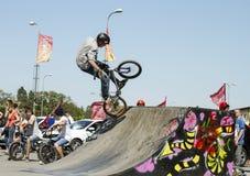 El ciclista de BMX realiza un truco en la rampa Imagen de archivo