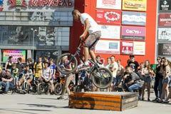 El ciclista de BMX realiza un truco en la rampa Imagen de archivo libre de regalías