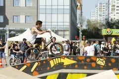 El ciclista de BMX realiza un truco en la rampa Foto de archivo
