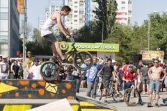 El ciclista de BMX realiza un truco en la rampa Fotografía de archivo