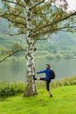 El ciclista en el casco cerca del árbol alemania mosela Fotos de archivo libres de regalías