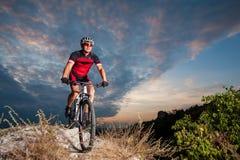 El ciclista en la bici de montaña compite con cuesta abajo en la naturaleza Foto de archivo libre de regalías