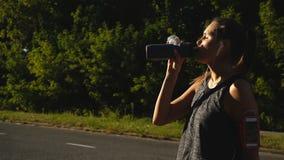El ciclista es agua potable de la botella del deporte almacen de video