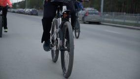 El ciclista está en el camino almacen de metraje de vídeo