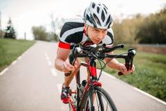 El ciclista masculino monta en la bicicleta, vista delantera fotografía de archivo