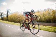 El ciclista masculino monta en la bicicleta, vista delantera fotos de archivo libres de regalías