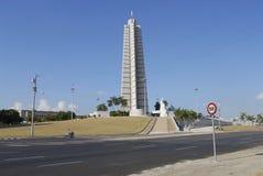 El ciclista pasa el monumento a Jose Marti en el cuadrado de la revolución en La Habana, Cuba Fotografía de archivo libre de regalías