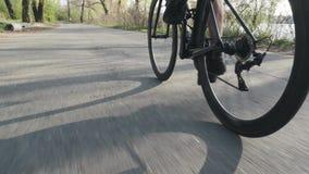El ciclista pedaling en la bicicleta detr?s sigue el tiro Giro de la rueda de bicicleta Camino que completa un ciclo en el parque almacen de video