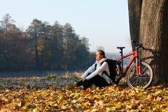 El ciclista Peppy de la mujer disfruta de la reconstrucción en naturaleza Foto de archivo