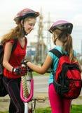 El ciclo de los niños de las muchachas bombea para arriba el neumático de la bicicleta Imagen de archivo