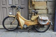 El ciclomotor/la motocicleta parqueó en una calle secundaria en Dinan, Bretaña, Francia fotografía de archivo libre de regalías