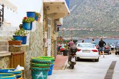 El ciclomotor y Audi A5 parquearon en la playa Bali, Creta de Mithos Imagen de archivo