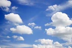 El cielo azul con blanco se nubla el fondo imágenes de archivo libres de regalías
