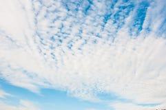 El cielo azul con blanco se nubla el primer Imagenes de archivo