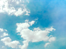 El cielo azul con la nube y la forma parecen fondo del perro o del conejo Imágenes de archivo libres de regalías