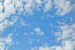 El cielo azul con las nubes blancas Fotos de archivo libres de regalías