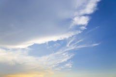 El cielo azul con las nubes mullidas blancas fondo y modelo del primer Fotografía de archivo libre de regalías