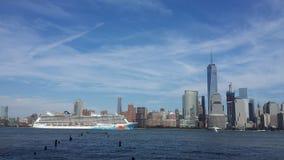 El cielo azul de New York City de la travesía hoboken imagen de archivo
