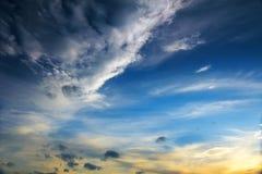 El cielo azul extenso y cielo de las nubes Fotografía de archivo libre de regalías