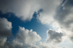 El cielo azul hermoso con blanco mullido se nubla el fondo Fotografía de archivo