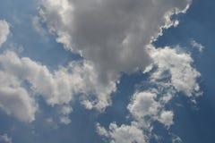el cielo azul hermoso en un día soleado con un mar hermoso del ‹del †del ‹del †se nubla Fotografía de archivo libre de regalías