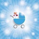 El cielo azul irradia el cochecillo de bebé del muchacho azul Foto de archivo libre de regalías
