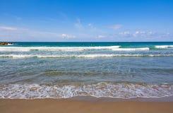 El cielo azul, el mar azul y la tira fina de arena tiraron frontal imágenes de archivo libres de regalías
