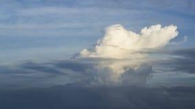 El cielo azul se nubla el fondo, el color de la mezcla de las nubes del blanco y el drak Imagenes de archivo