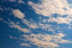 El cielo azul se nubla el papel pintado del fondo de la sol Fotografía de archivo